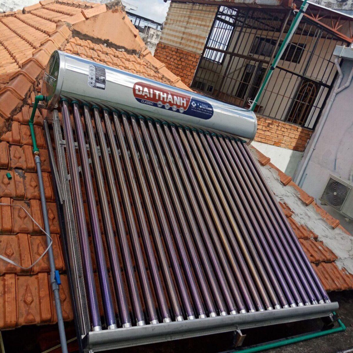 Hình ảnh máy nước nóng năng lượng mặt trời lắp trên mái ngói tại Quận 8.