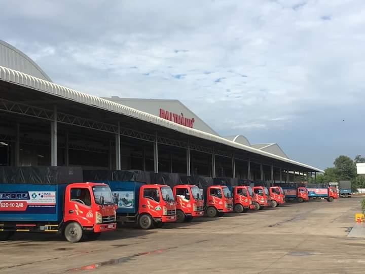 Xe nhà máy Đại Thành giao máy nước nóng năng lượng mặt trời tại Quận Tân Phú.
